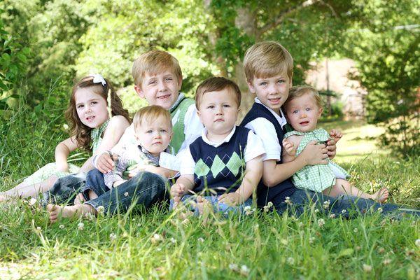 Great blog for posing large family groups. Cute picture of all the grandkids, and pose all the grandkids around grandma and grandpa...I am having my aunt debbie do this for me!!