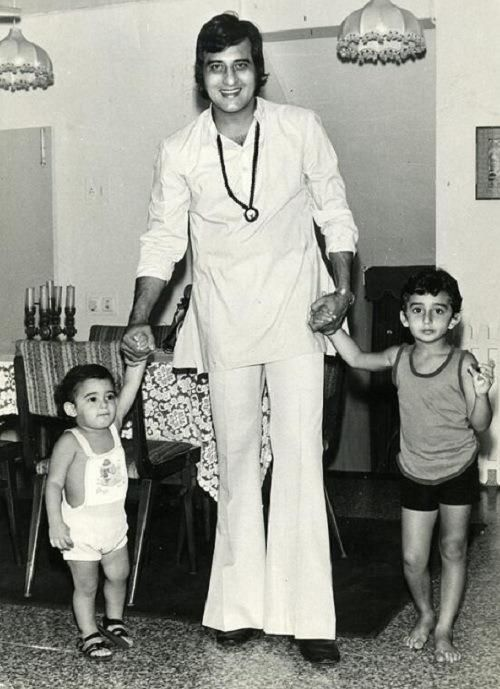 Here's a picture of today's birthday boy Akshaye Khanna (extreme left) with his father Vinod Khanna & elder brother Rahul Khanna. Akshaye has done a fewer films than his other contemporaries, but in terms of his performances, he has always been outstanding. Enigmatic like his father, Akshaye prefers to stay away from limelight and values his privacy. A lover of chess, he prefers being single and live life on his own terms.