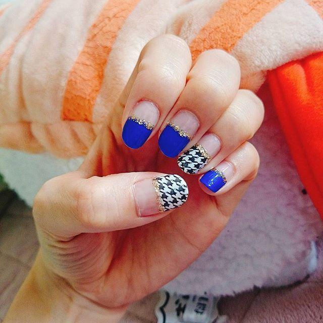 #セルフネイル #ほぼ100均ネイル #100均 #ハンドネイル #マニキュア #スタンピングネイル #千鳥柄 #黒 #白 #青 #ゴールド #おしゅしと共に #えびのお尻 #selfnail #selfnails #handnail #manicure #black #white #blue #gold