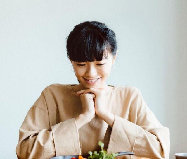 着飾らないから美しい榮倉奈々さんに学ぶゆるカジュアルコーデ