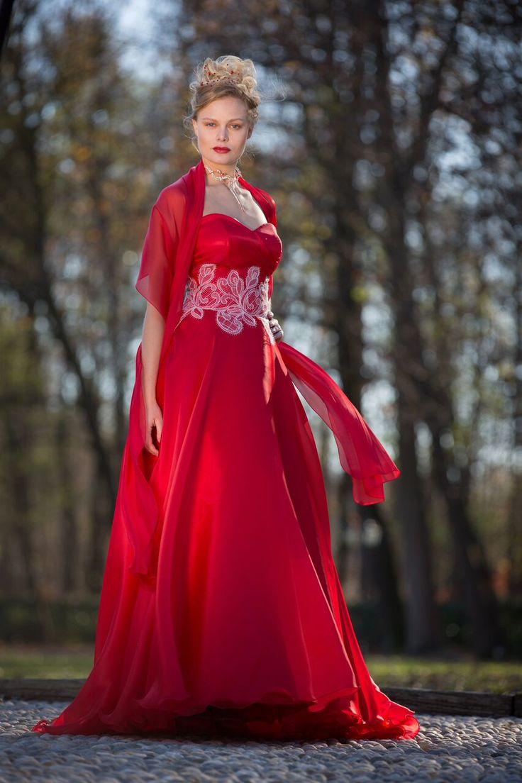 Abito da sposa in organza di seta rossa. Realizzato esclusivamente su misura. Prenota il tuo appuntamento al n. 0322 836054 #weddingdress #italianweddingdress #weddingdresses #madeinitalyweddingdress #matrimonio #wedding #redweddingdress -