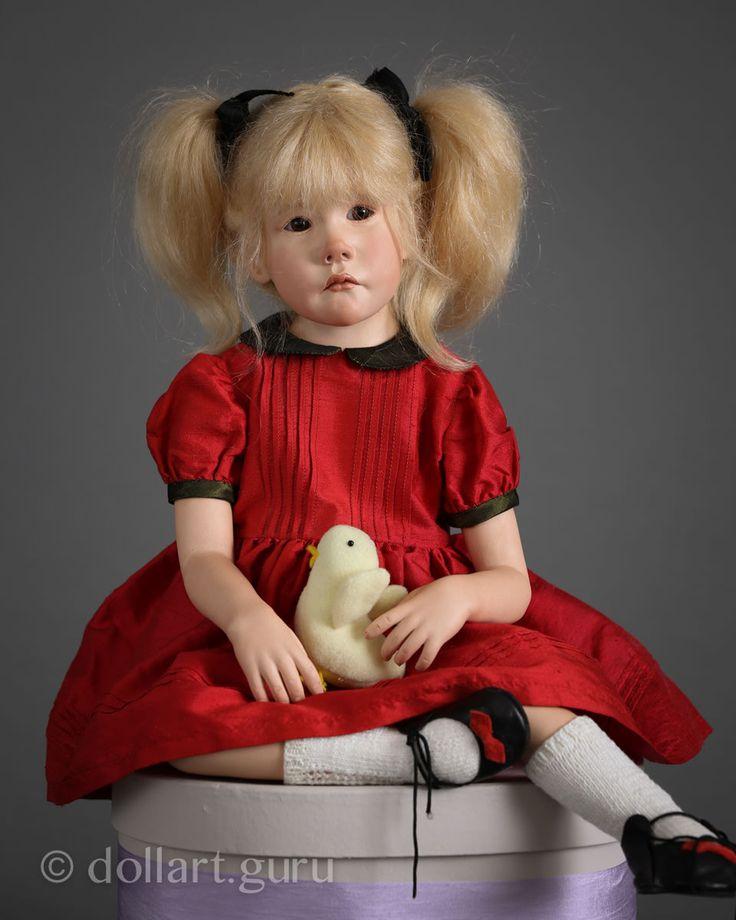Исключительной редкости изумительная куколка Agathe создана в 1999 году Франзуазой Филачи, выдающейся художницей из Франции, автором миниатюрных фарфоровых кукол-детей.  Куколка выполнена из высочайшего качества фарфора, имеет мягкое туловище из натуральной кожи. Ножки подвижные, усаживая куклу, им можно придать различное положение.  Cтеклянные глаза ручной работы немецких мастеров. Парик из нежнейшего французского мохера.  Образ очаровательной Агаты продуман автором до мельчайших деталей…