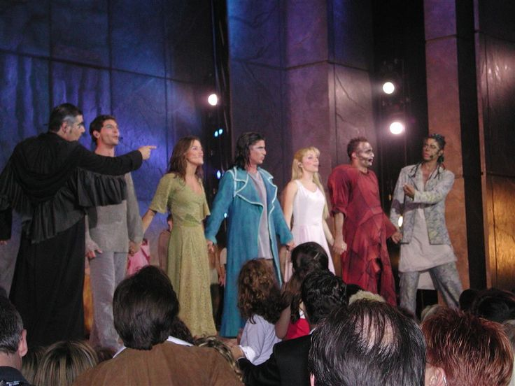 Italian cast at the end of the show