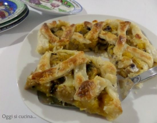 La crostata salata con funghi e zucca, un piatto stuzzicante e ricco di sapore, con una base di pasta sfoglia e una farcitura di zucca, funghi e scamorza.
