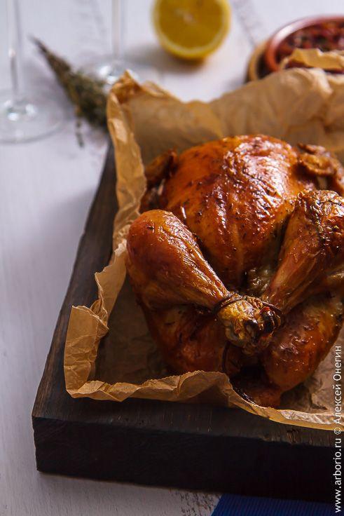 Просто курица в духовке    Запеченная курица – блюдо из самых простых, но и самых фундаментальных. Совсем недавно в некоторых странах курица в духовке была не просто едой, а ритуалом, зримым и аппетитным символом семейного достатка, а обещания обеспечить народу возможность каждую неделю есть курицу легли в основу не одной политической платформы. Сегодня курица в духовке воспринимается уже не столь драматично, но все равно с неким предвкушением: блюдо семейное или, по меньшей мере…