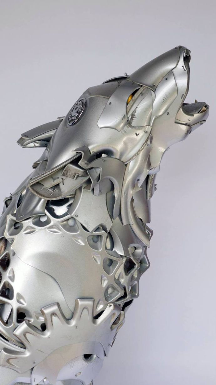 Escultura lobo hecha a base de reciclaje de tapacubos de coche