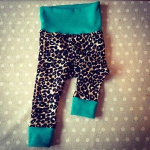 Vilka snygga babybyxor! Du kan även lära dig hur du gör dessa byxor själv! Läs mer i Anna-Carins blogg via länken! #blogg #baby #tutorial
