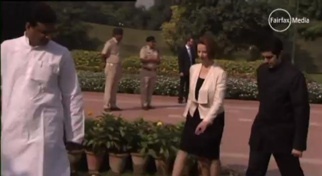 Primeira-Ministra australiana Julia Gillard espalha-se no chão na sua visita à Índia