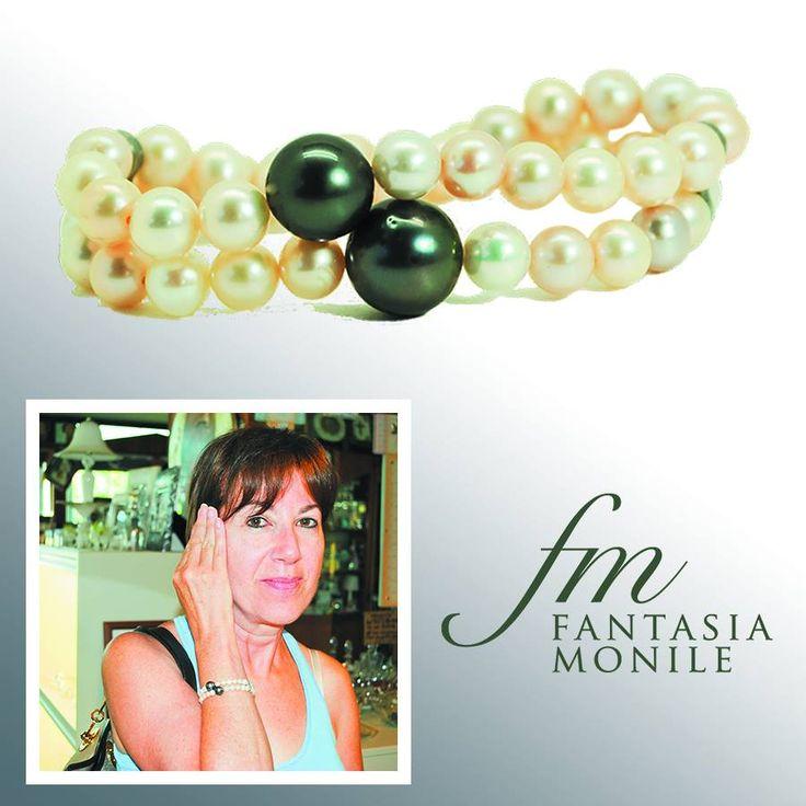 Lynette con il suo bracciale in perle freshwater chiare e due perle nere australiane