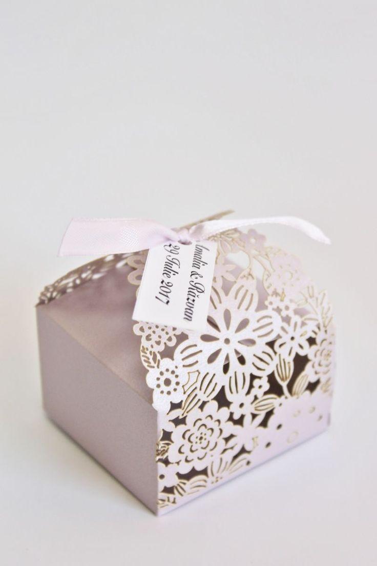 Daca organizezi o nunta in care decorul pastel este prezent, poti oferi invitatilor tai marturii de nunta cutiute floare mov.  Acestea sunt fabricate din carton de inalta calitate si au model floral obtinut prin tehnica laser cut.  O data ce asamblezi cutiutele, le poti umple...