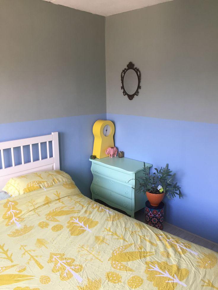 Slaapkamer. Muur Early Dew en Grijsblauw. Dekbedovertrek geel Donna Wilson. Vintage kastje mintgroen.