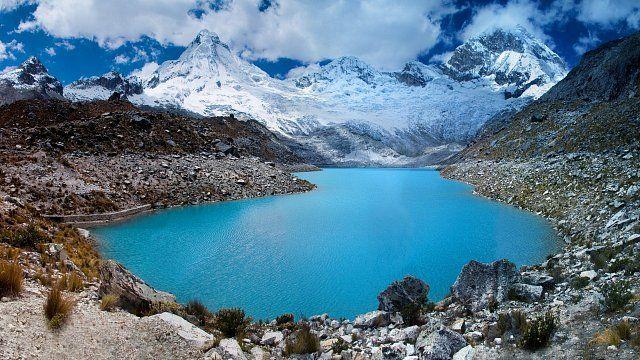 Jezero Yuraqcocha v národním parku Huascarán v Peru. I tento park je na seznamu UNESCO. Místní pohoří Cordillera Blanca má víc jak 20 hor, které převyšují 6 000 m n. m., a je tak nejvíce zaledněným tr
