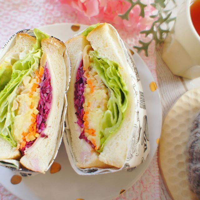 🍞 ‥ ‥ #sandwich ‥ つくりおきの野菜と ハムとチーズそれにレタス をサンド 紫キャベツが手に入ると 色が増えるので サンドイッチにするのがお気に入り♡ ‥ ‥ #サンドイッチ#わんぱくサンド になりきれてない#角食#手作りパン#手作りパンのその後 #つくりおき #常備菜 #常備菜サンドイッチ #クッキングラム #刺し子#刺し子ふきん #刺し子初心者 #てづくり #breakfast#morning#foodpic #foodphoto #foodstagram #lin_stagrammer  #ig_japan #tea #teacozy #handmade