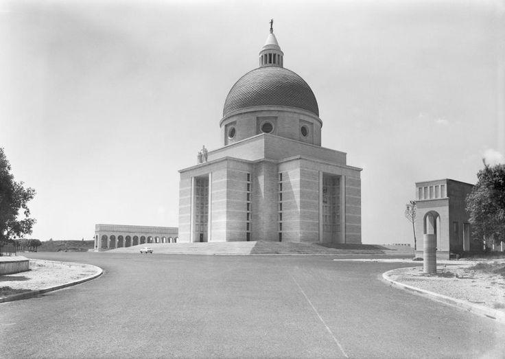 Roma EUR - Veduta della Chiesa dei SS. Pietro e Paolo, 1955. Archivio Storico Fotografico EUR