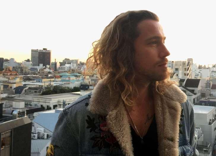"""Julien Doré présente son album """"&"""" ou """"esperluette"""" au Japon avec un titre inédit."""