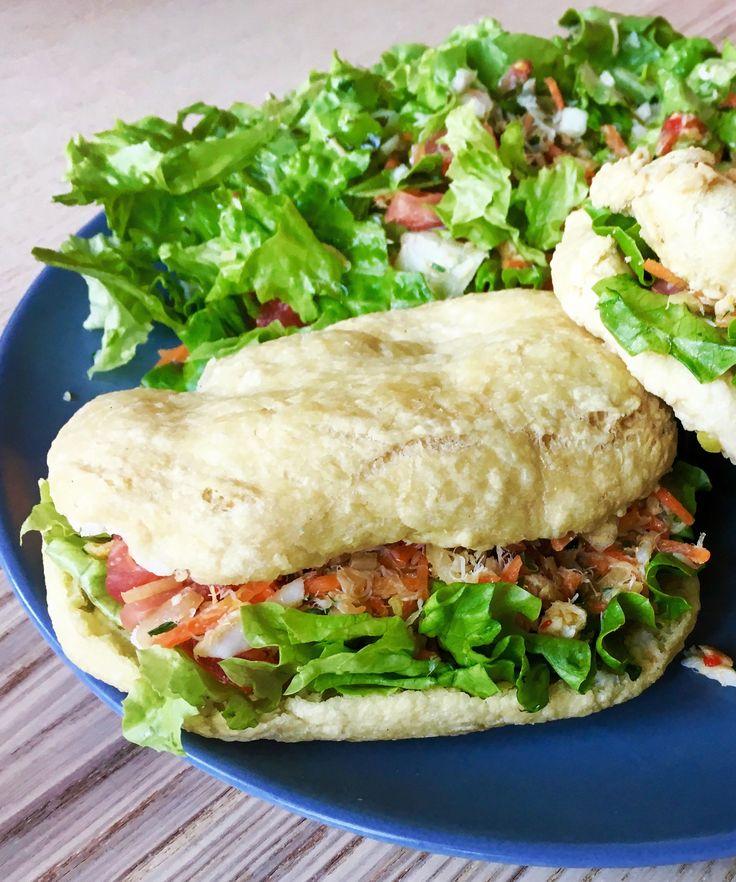 Bokits à la morue #recette #antillaise #antilles #caribbean #food #poisson #fish #morue #cabillaud #bokit #sandwich #crudités #carotte #tomate