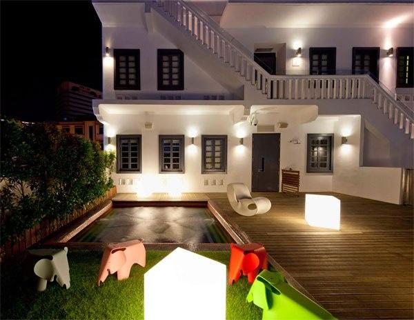 Отель Wanderlust Hotel (Сингапур) – расположен в здании 20х годов и предлагает нетрадиционный подход к гостеприимству. В Wanderlust Hotel нет 2х одинаковых номеров. Вместо привычных пастельных тонов и стандартной обстановки, каждая из комнат отражает определенную творческую тему: космос, цветы, поп-арт или же внутренний мир пишущей машинки.