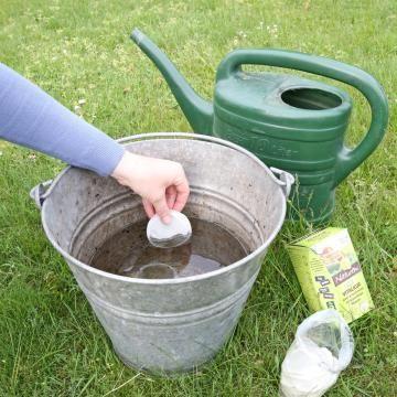 Pflanzen-Jauche mit Naturen Bio-Vitalkur-Pads ansetzen
