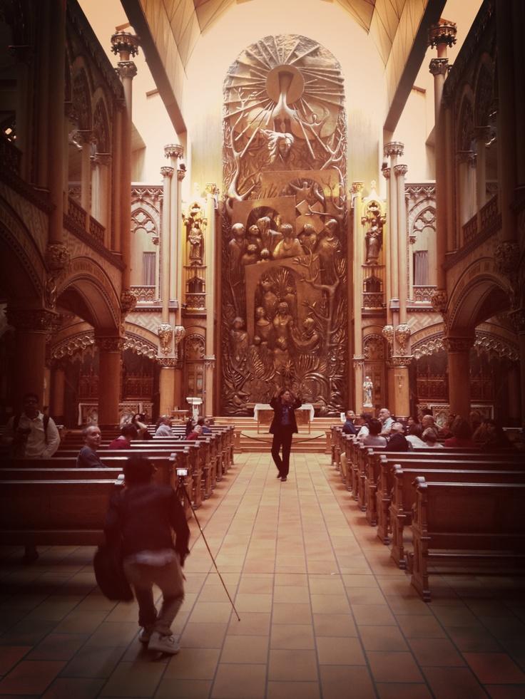 Hay que intentar visitar la basílica los días en que está abierta la capilla de Notre Dame du Sacré Coeur con su moderno diseño.
