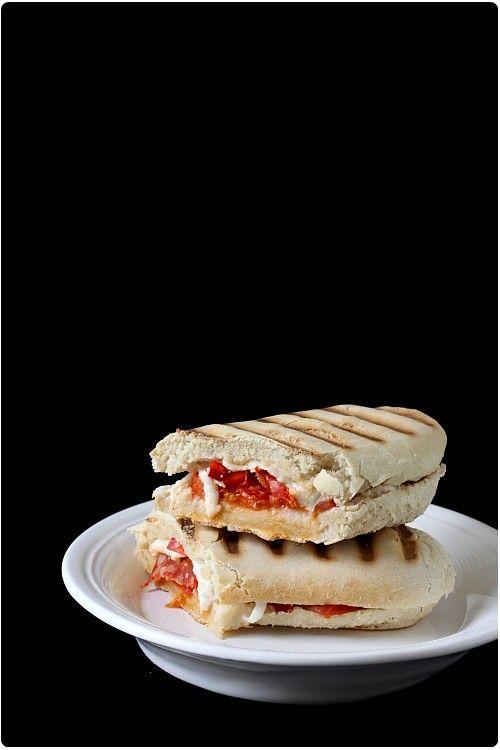 Comme j'avais fait deux versions de panini, voici la seconde, après celle façon Grecque d'hier. Aujourd'hui, j'ai mélangé saveurs italiennes et espagnoles