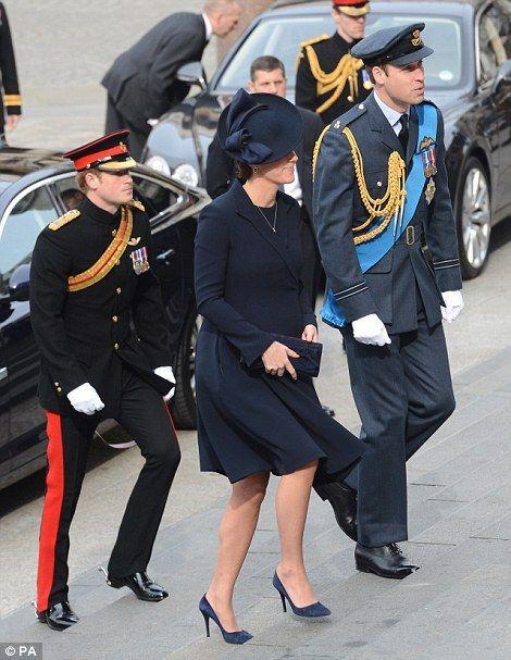 Prince William a vévodkyně z Cambridge chodit po schodech St Paul je těsně následován Harrym