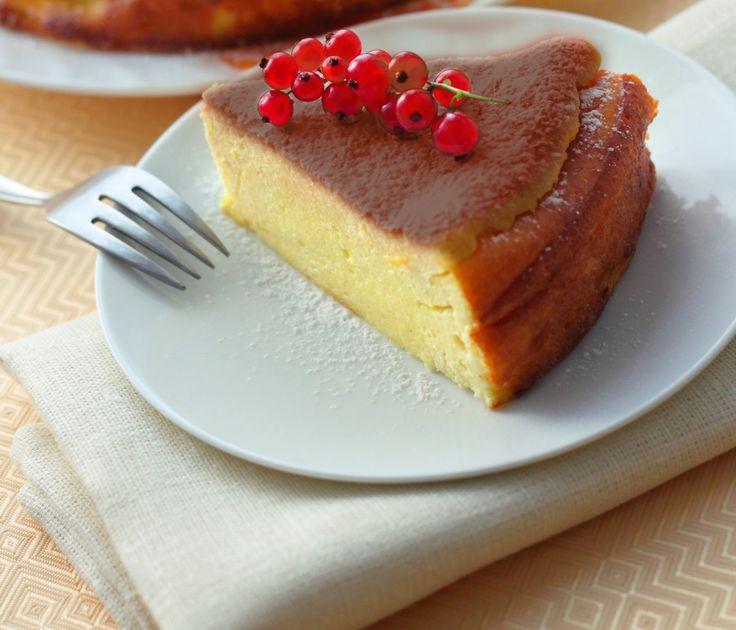 Ricetta Torta ricotta e caramello PREPARAZIONE: 20 minuti COTTURA: 55 minuti PER 6 PERSONE Ingredienti 500 g di ricotta  ¼ l di panna  300 g di zucchero  4 tuorli d'uovo ½ busta lievito in polvere per dolci  2 cucchiai di farina  zucchero a velo q.b..  Scopri la ricetta: http://www.granarolo.it/Ricette/Torta-ricotta-e-caramello
