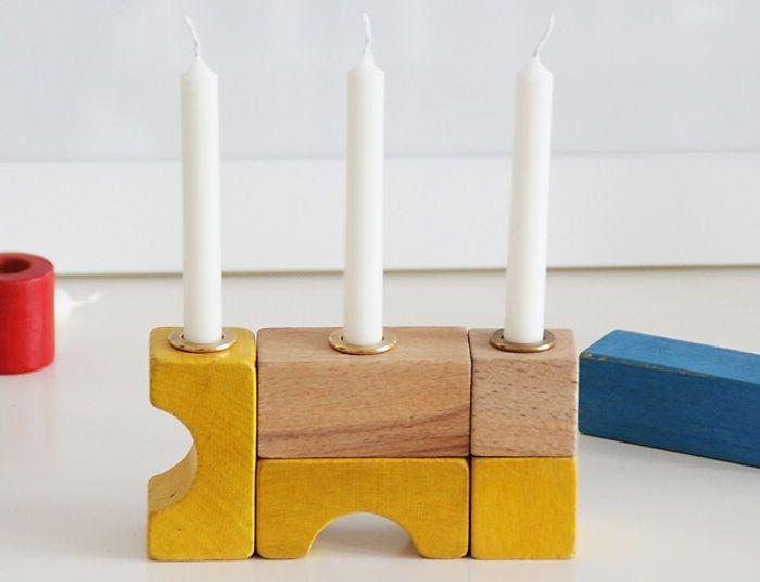Kerzenständer aus Bauklötzen.