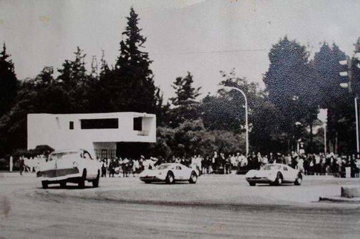 Universidad Nacional - 1960 - Autos en carrera.
