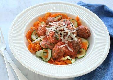Köttbullar i tomatsås med grönsaksspagetti