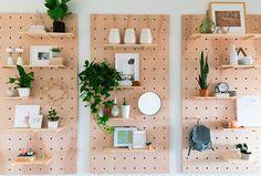 Decoração de apartamento pequeno, mini apartamento, com pegboard, decoração com madeira e branco.