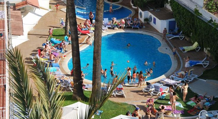 Hotel Apartamentos Solimar Calafell Located right on the beach and with a fantastic outdoor pool and restaurant, these apartments and rooms are a great choice to make the most of the sun, sea and sand.