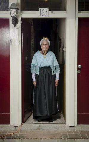 Gerrie de Jong-Spaans (93) loopt al tachtig jaar in Scheveningse dracht, zowel doordeweeks als op zondag. Beeld Niek Stam