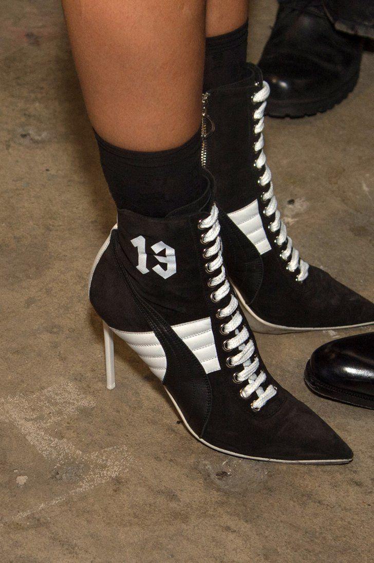 Pin for Later: Die Highlights von Rihanna's Modenschau bei der New York Fashion Week Die Schuhe waren eine Mischung aus High Heel und Boxer-Stiefel