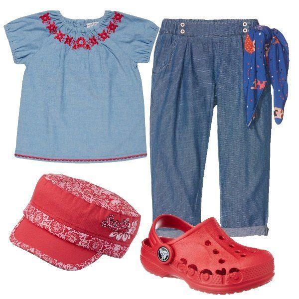I pantaloni comodi in cotone blu sono larghi lungo le gambe stringendosi al fondo e hanno l'elastico in vita. Sono abbinati alla blusa in cotone azzurro con ricami rossi lungo lo scollo e al fondo. Crocs rossi e per finire cappellino in cotone rosso e bianco con visiera.