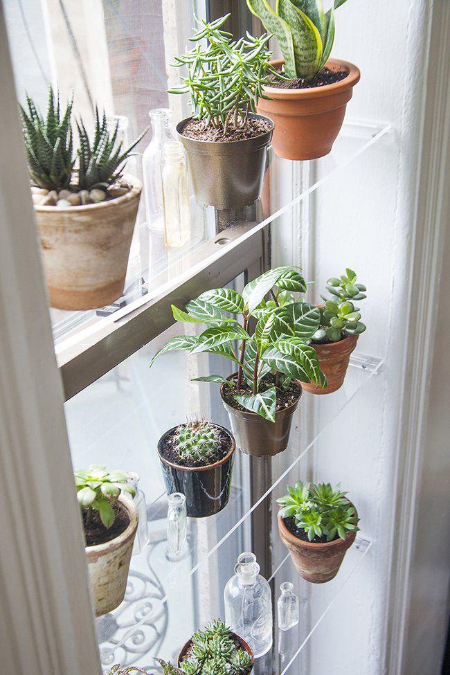 DIY: cómo hacer baldas flotantes para decorar una ventana - https://decoracion2.com/diy-baldas-flotantes-decorar-una-ventana/ #Decorar_Con_Plantas, #Decorar_Ventanas, #Estantes