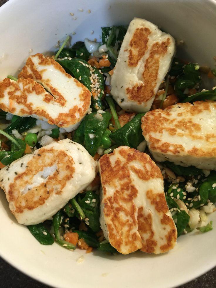 Uusi lempisalaatti Jamie Oliverilta!  Parasta!  Fenkoli ja pari porkkanaa siivuiksi monitoimikoneessa, sekaan paahdettuja kurpitsansiemeniä, babypinaattia, herneitä ja päälle paistettua halloumia. Mausteeksi: suola, pippuri, oliiviöljy ja sitruunan mehu.   Jännät ainekset, mutta toimii älyttömän hyvin. Jatkoon!