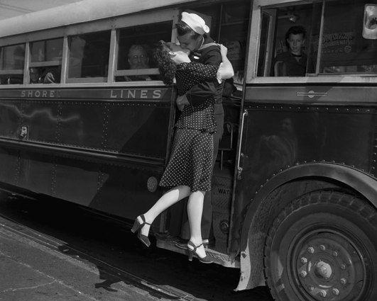 Подборка уникальных, и вместе с тем милых и трогательных фотографий поцелуев американских солдат и их девушек, провожающих их на службу или на войну. Несмотря на кажущуюся постановочность, это действительно реальные фото журнала Time.