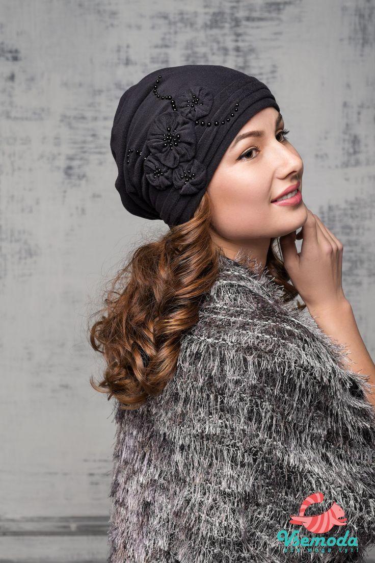 ШАПКА DAGMARA (ВЕЛЮР) Двойная флисовая шапка, очень мягкая и нежная. С красивым декоративным украшением из цветов и бусин, а также складок. Замечательный вариант на осень-весну, так как подойдет под любую верхнюю одежду, создавая вас неповторимый стиль.