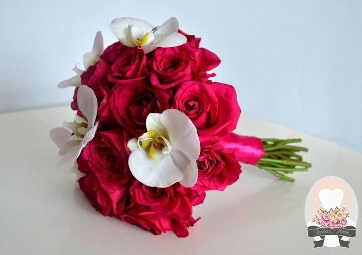 Buchet format din trandafiri roz ciclam si orhidee Phalaenopsis