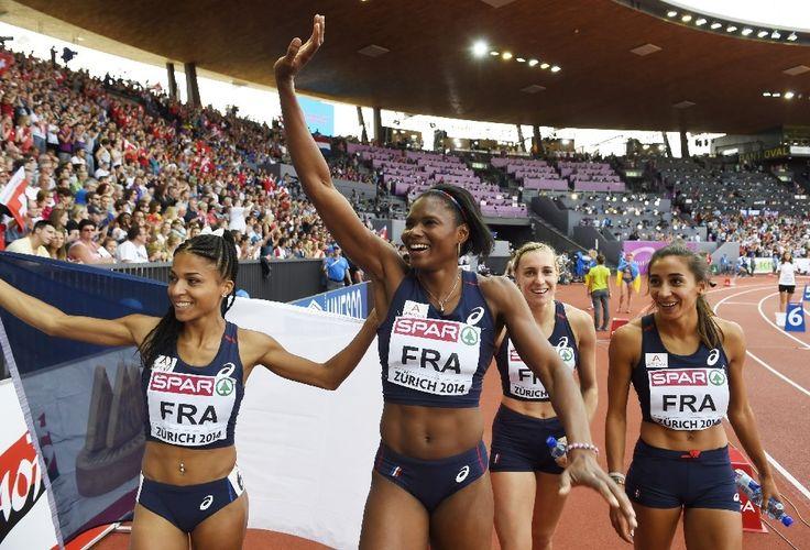 Les Françaises Floria Guei, Muriel Hurtis, Marie Gayot et Agnès Raharolahy (de gauche à droite) fêtent leur victoire au relais 4X400 mètres à Zurich