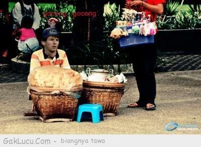 Lelucon berjudul Profesi sampingan Messi yang dibuat oleh Tpao di www.GakLucu.com. Temukan juga lelucon lain yang mirip.