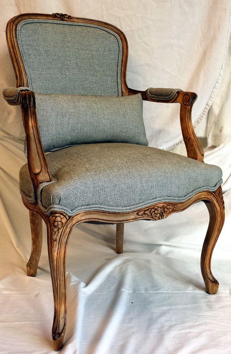 Sillón Clásico decapado en Madera Natural y retapizado añadiendo un cojín para mayor confort.