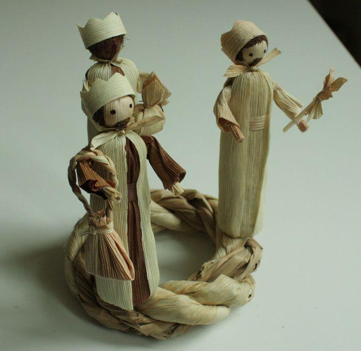 """""""My, tři králové..."""" - betlém věnec na položení Interiérová dekorace v přírodních barvách na položení. Věnec je z kukuřičného šustí a rákosových listů. Na věnečku jsou tři králové - Kašpar, Melichar, Baltazar. Výška stojící figurky je 13 - 14 cm. Průměr samotného věnce 13 cm. S dekorací je trošku větší."""