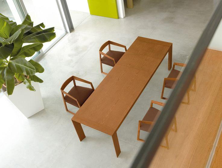 Dřevěný rozkládací stůl SURFACE, křesílka SIGN, výrobce Pedrali