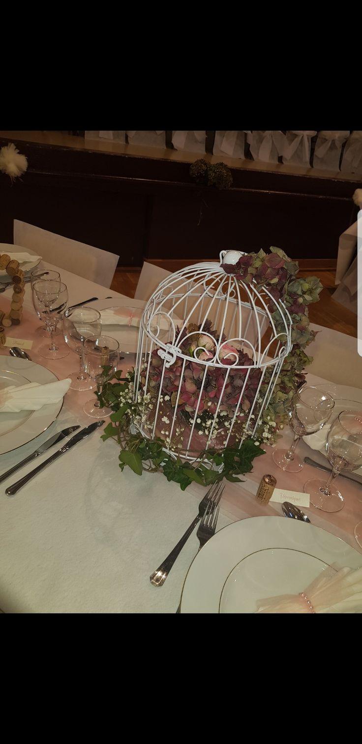 Centre de table fait avec cage oiseau de decoration, mousse humide, hortensias séchés,liere gypsophile et roses fraîches ! Le tout sur un chemin de table en tulle couleur vieux rose