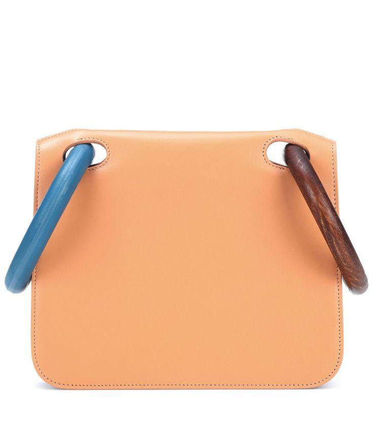Roksanda - Borsa Neneh in pelle - Il design geometrico della borsa Neneh di Roksanda è realizzato in liscia pelle beige a contrasto con l'interno blu. I due manici in legno regalano fascino unico al modello da indossare sia a mano che come clutch per accompagnare abiti da cocktail in tinta unita. seen @ www.mytheresa.com