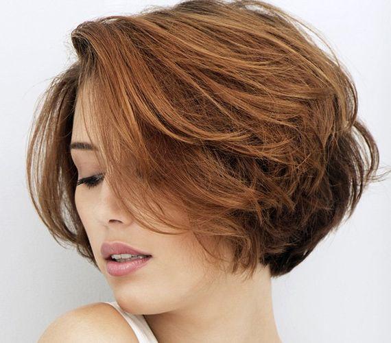 Ez egy komolyabb frizura, mely tulajdonképpen akkor praktikus, ha a hajadnak erős tartása van. Így elég, ha fejjel lefelé megszárítod a hajad, esetleg a végeket egy körkefével megformázod. Semmiképpen ne húzd ki, hiszen az a lényeg, hogy a hullámok megmaradjanak!