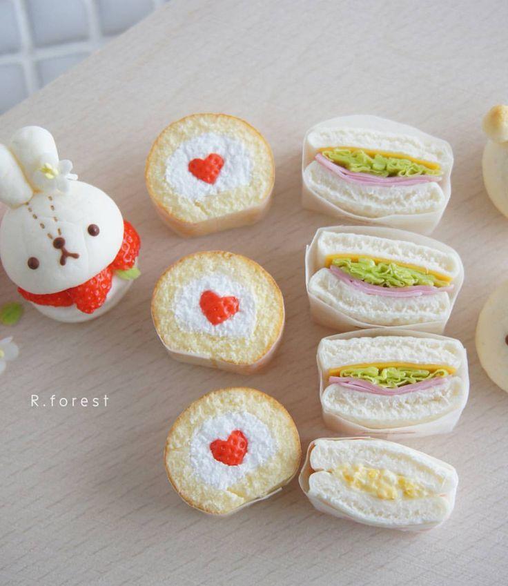 サンドイッチは更にリアルを目指してカット面の作り方を変えてみました!! 以前よりリアルに見えていたら嬉しいです☺✨ サンドイッチの具はチーズ、たっぷりレタス、ハム 一つだけたまごサンドが混じっています #fakefood #sweet #ハンドメイド雑貨 #handmade #手作り #スイーツデコ #パン雑貨 #食品サンプル #ミニチュアパン #うさぎパン #rabbit #sandwichs #animals #bread #miniatures #strawberry