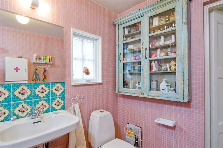 The tiles!Pink Bathrooms, Aqua Bathroom, Dreams Bathroom, Badrum Inspiration, Bathroom Ideas, Medicine Cabinets, Bathroom Cabinets, Splish Splashes, Retro Vintage