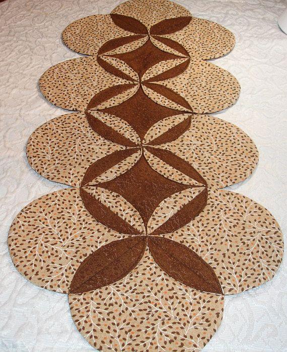Características del otoño corredor edredón de mesa una hoja delicada impresión en bronceado, marrón y naranja y es de conjunto con una coordinación impresión marrón oscurezca con un remolino de ligero color hoja de otoño. Con encanto recortada rodea el corredor de la tabla. Camino de mesa